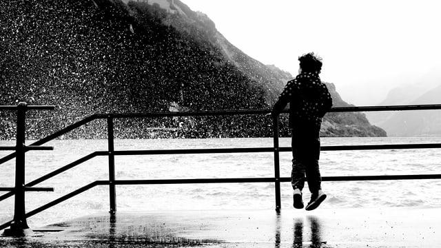 Ein Kind wird vom Seewasser angespritzt.