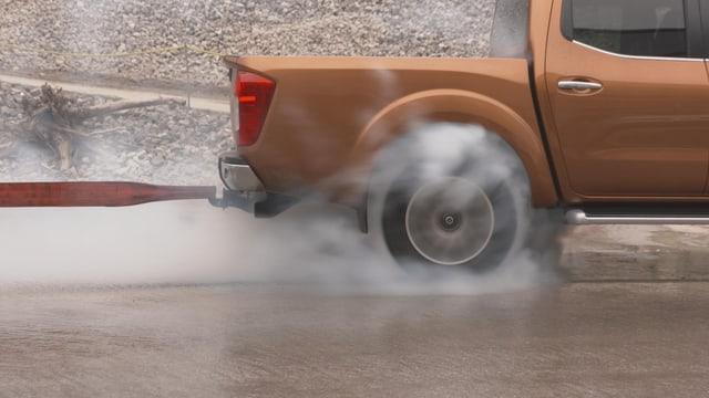 Video «Nissan Navara vs. Mitsubishi L300, Benzin, Skoda Superb» abspielen
