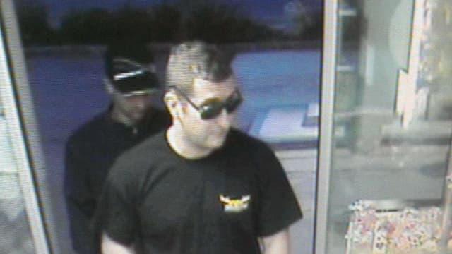 Zwei unbekanntet Männer überfallen die Tankstelle in Biberbrugg.