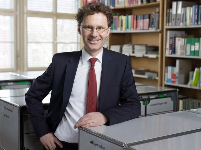 Daniel Lampart, Sekretariatsleiter und Chef-Ökonom Schweizerischer Gewerkschaftsbund, porträtiert in seinem Buero in Bern. (Keystone)
