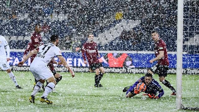 Starker Schneefall während der Partie.