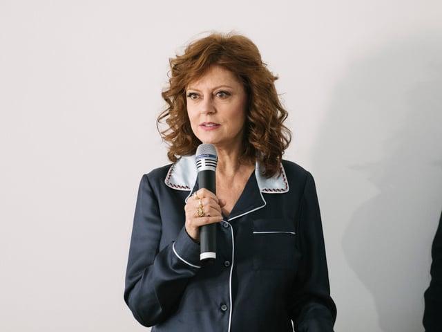 Susan Sarandon mit Mikrophon in der Hand