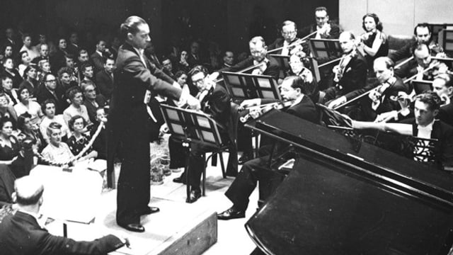 Dirigent mit Orchester
