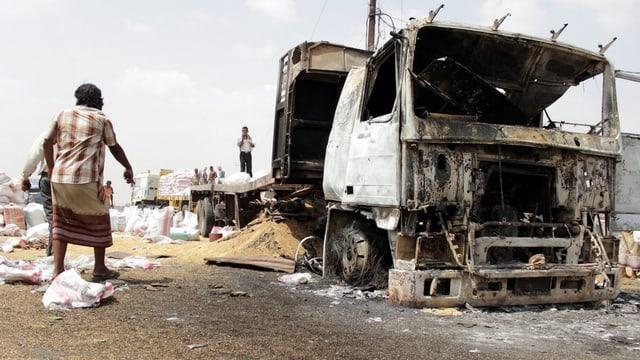 Zerbombter Lastwagen im Jemen