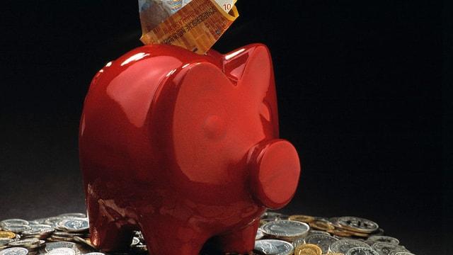 Sparschwein mit Münzen und einer Zehnernote.