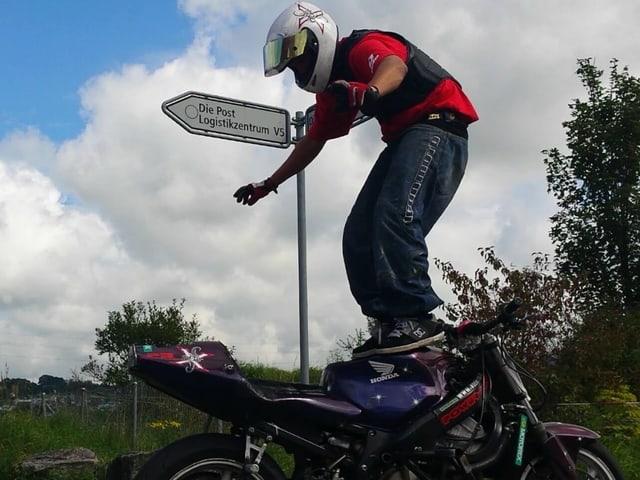 Im Stand übt Cedric seine «Kapriolen» auf dem Motorrad
