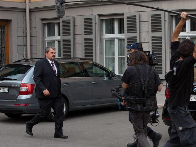 Mike Müller vor dem Bezirksgebäude in Aarau, daneben Kamerateam.