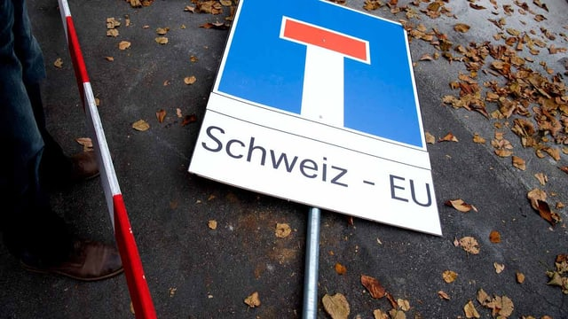 Eine Tafel liegt auf dem Boden. Sie besagt: Die EU und die Schweiz sind in der Sackgasse.