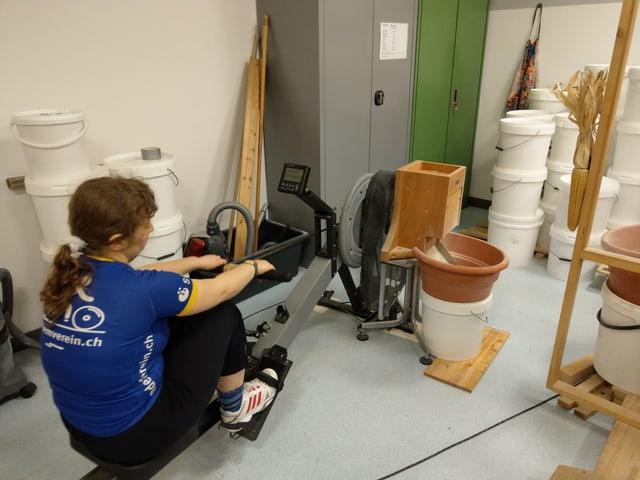Frau am umgebauten Rudergerät mit Mühle