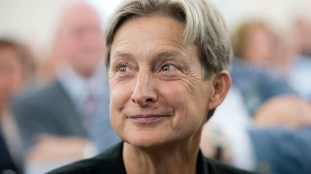 Judith Butler hat kurzes Haar.