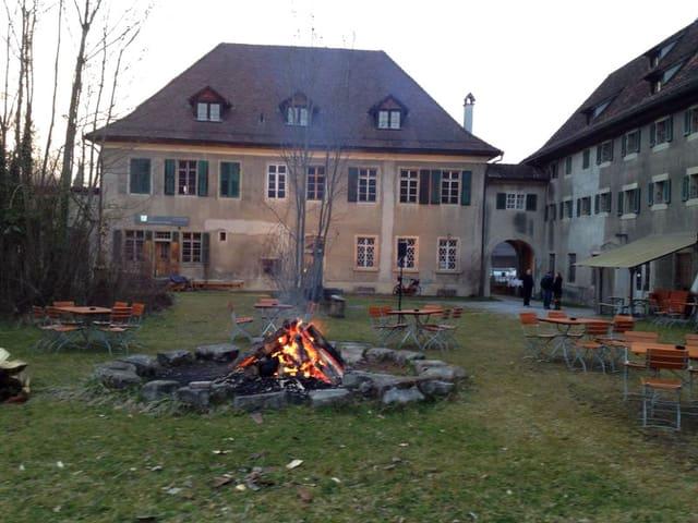 Haus mit Innenhof, in dem ein Feuer brennt.