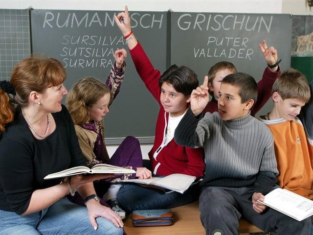 Kinder lernen romanisch in der Schule.
