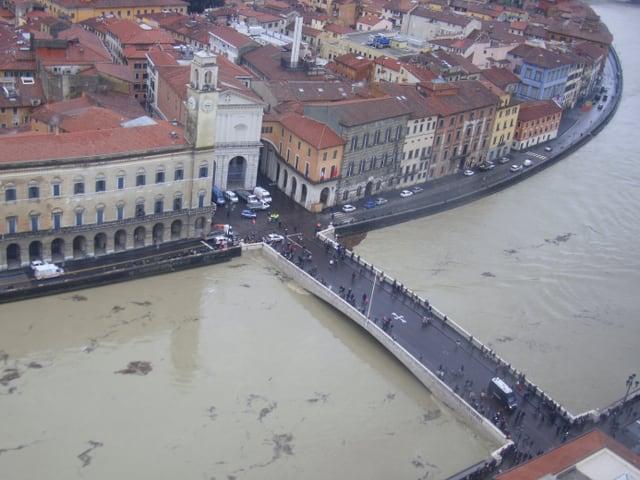 Blick auf Pisa mit dem Hochwasserführenden Arno und der Altstadt