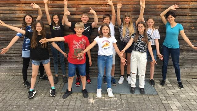 Scolaras e scolars da la 5avla e 6avla classa da Rueun cun lur magistra Andrea Monn.