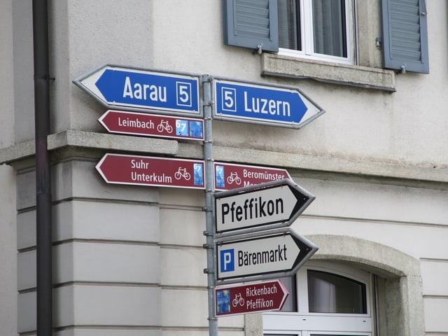 Wegweiser in die Richtungen Aarau, Luzern und Pfeffikon.