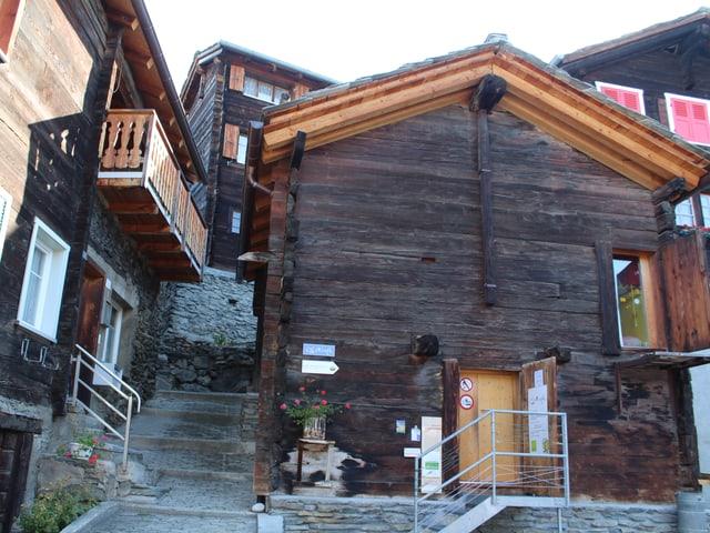 Altes Holzgebäude von aussen, sanft renoviert