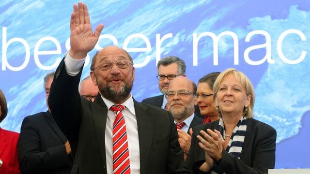 Martin Schulz winkt der Menge zu.