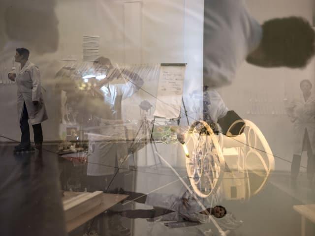 Bildcollage aus Schauspielern, Roboter und Gegenständen.