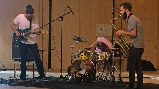Junge Musiker auf einer Bühne
