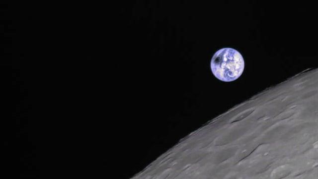 Eine Sonnenfinsternis auf der Erde vom Mond aus gesehen