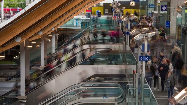 Rolltreppen auf der «Welle», dem Westausgang im Bahnhof Bern.