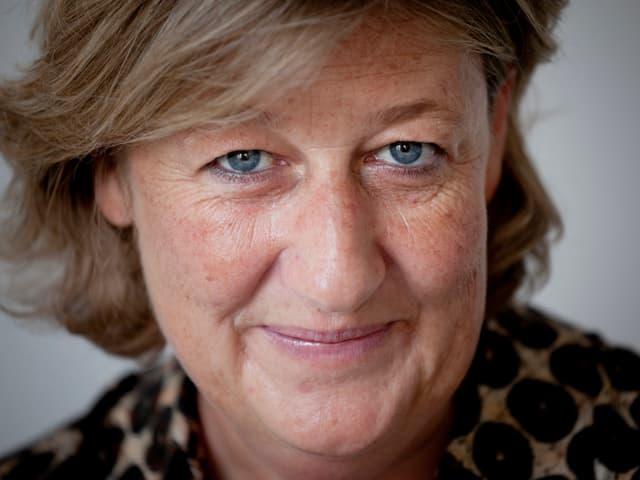 Portrait von Esther Widmer.