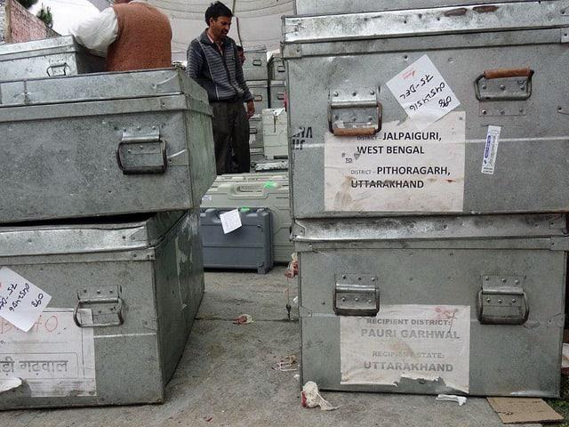 Metallkisten, in welche die elektronischen Wahlmaschinen verpackt sind