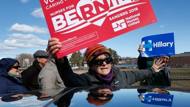 In fan cun in placat da Sanders triumfescha encunter in fan cun in placat da Clinton.