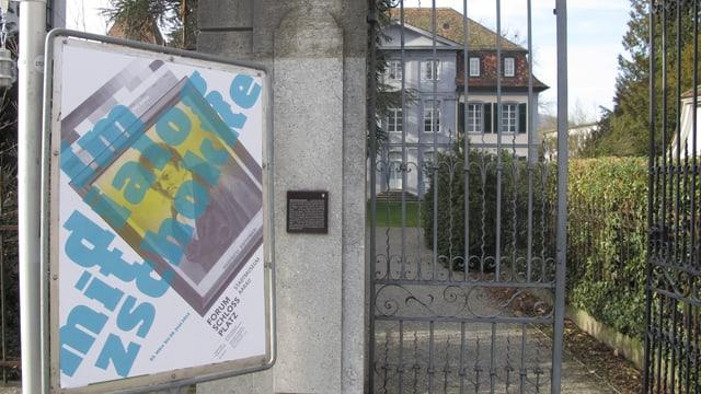 Plakat zur Ausstellung vor dem Eingang in den Schlossgarten.