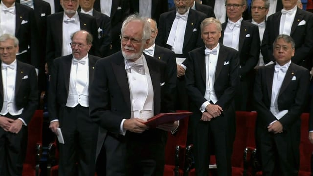 Jacques Dubochet nimmt in Stockholm den Nobelpreis für Chemie entgegen.