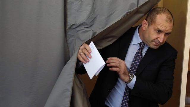 Il candidat da l'opposiziun Rumen Radew dat giu sia vusch.