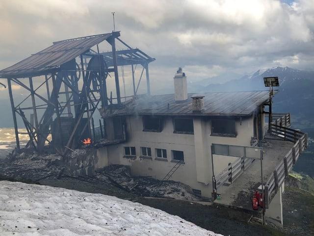 Die Bergstation der stillgelegten Cassonsbahn steht in Flammen.