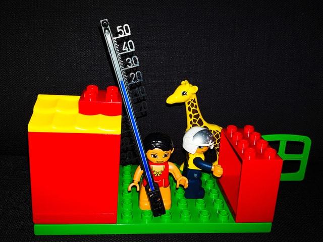 Eine Legostadt mit Thermometer.