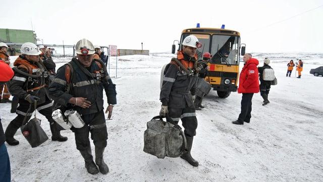 Rettungskräfte vor ihrem Einsatz