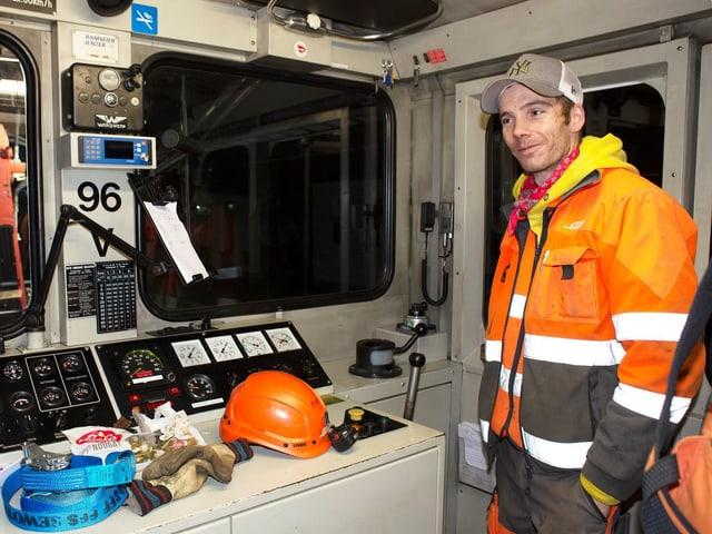 Gian Carlo Derungs, montader da binaris a Tavau. Guidar in tren è anc in'experientscha nova per l'um oriund d'Ardez.
