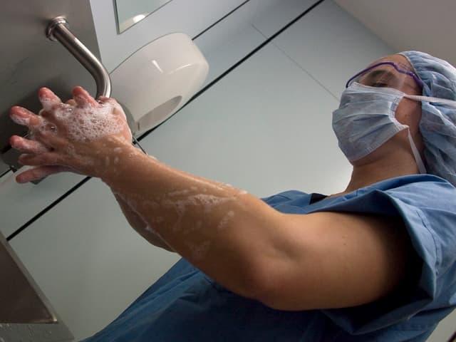 Eine Pflegerin im Spital wäscht sich gründlich die Hände.