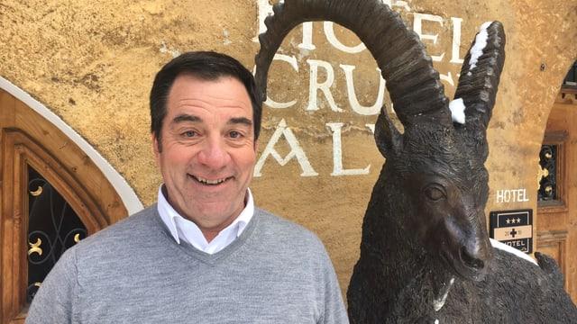 Andrea Gilli sper ina statua d'in capricorn.