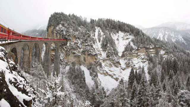 In tren da la Viafier retica sin il viaduct dal Landwasser