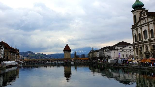 Blick über die graue Reuss in Luzern.