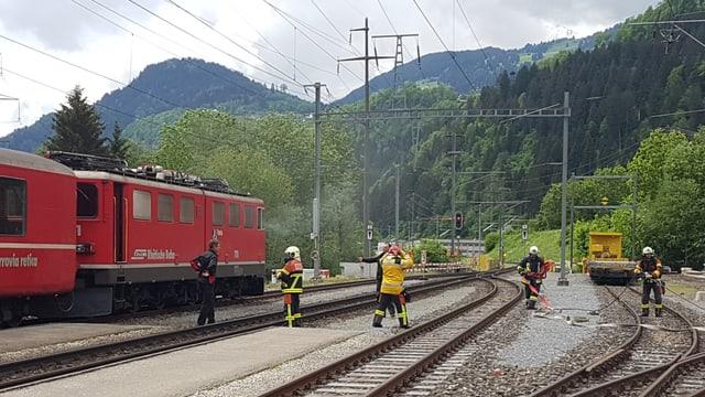 Il tren pertutgà a la staziun da Rueun.