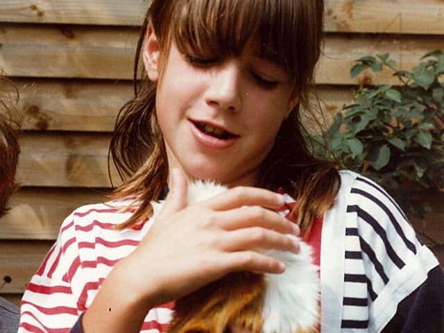 Joëlle Beeler als 11-jähriges Mädchen hält ihr Meerschweinchen in der Hand.
