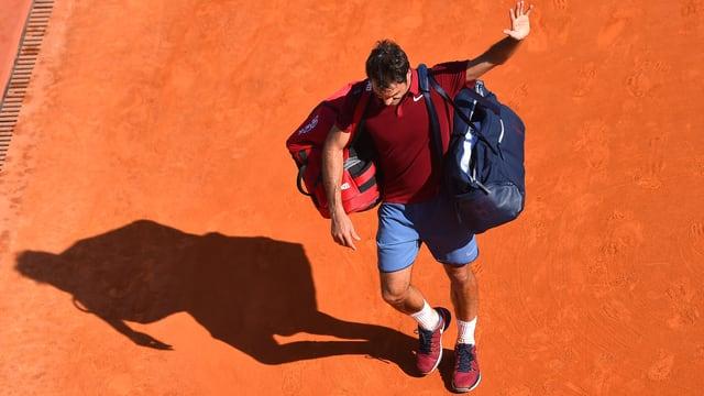 Roger Federer schreitet vom Platz in Paris.