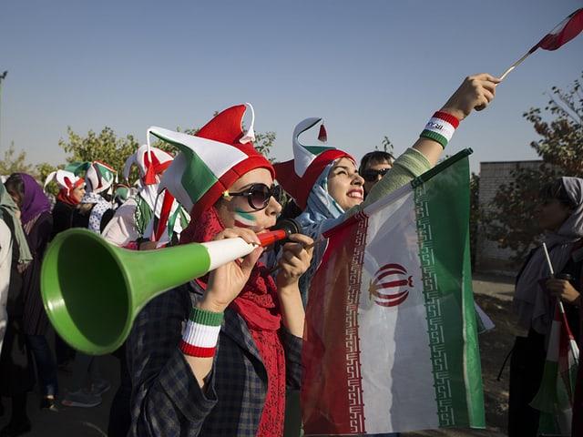 Die Iranerinnen sorgten schon vor dem Stadion für gute Stimmung.