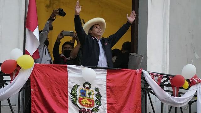Pedro Castillo lässt sich von seinen Anhängern in Lima feiern.