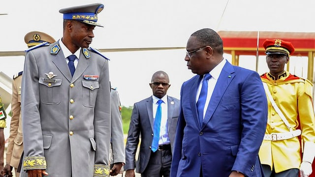 Il manader dal putsch Gilbert Diendere (san.) ed il president dal Senegal Macky Sall (dre.).