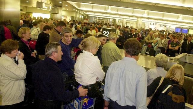 Viele Menschen in einer Halle.