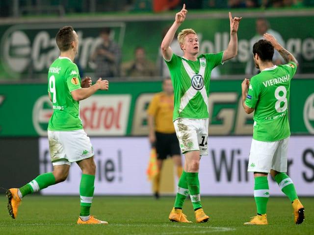 Die Wolfsburger Spieler bejubeln einen Sieg in der Europa League
