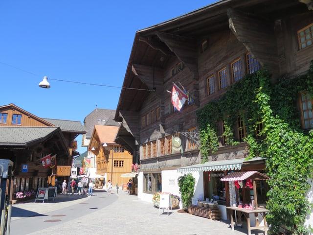 Holzhäuser, kopfsteingepflästerte Strasse.