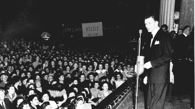 Frank Sinatra auf der Bühne und Publikum.