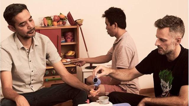 Rennie, sein DJ und sein Manager trinken Tee